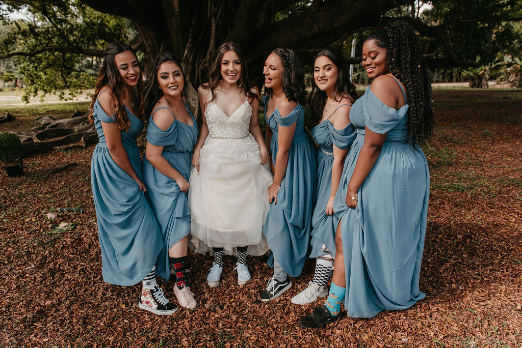 Madrinhas com tênis e meias divertidas no casamento