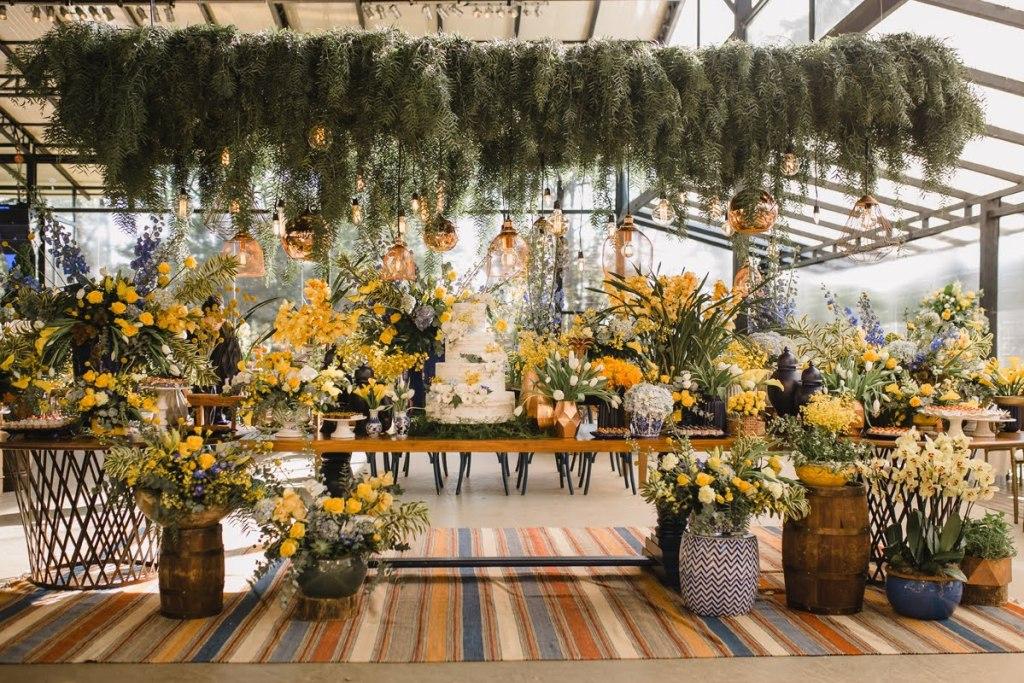 Decoração de casamento ao ar livre com amarelo, azul e muitas plantas