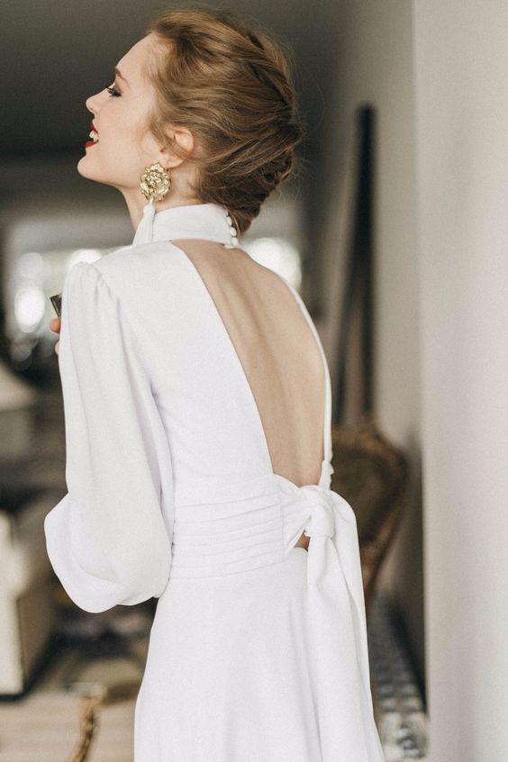 Vestido de noiva com gola alta com decote nas costas