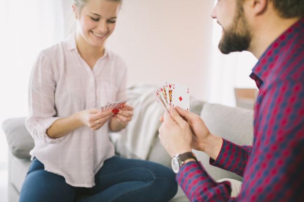 alegre-casal-jogando-baralho-dia-dos-namorados