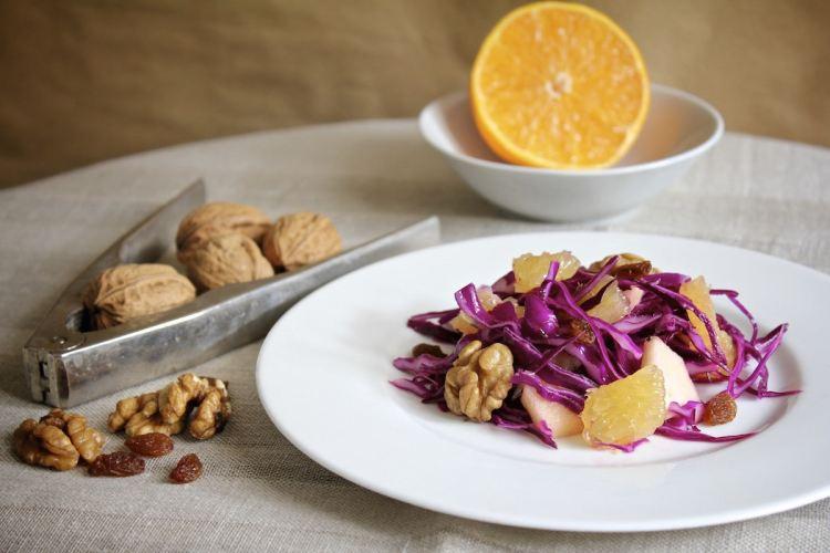 Cavolo cappuccio viola in insalata invernale