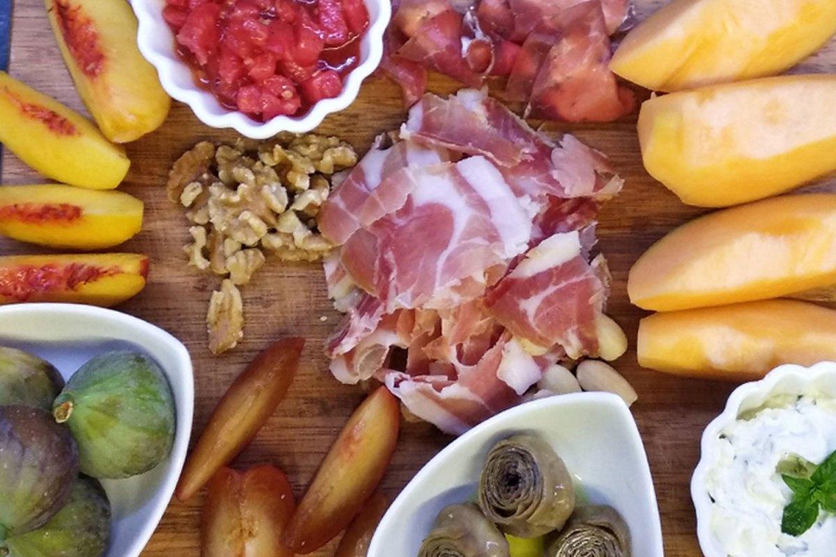 Tagliere misto di salumi, verdure, frutta fresca e secca
