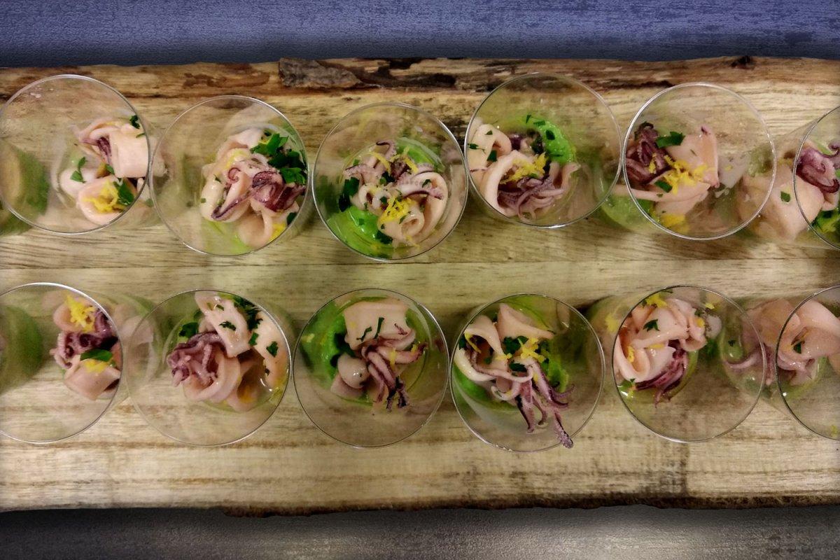 Finger food Calamari al profumo di limone con purè di piselli