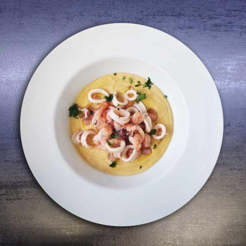 Sauté-di-calamari-e-gamberi-su-crema-di-ceci