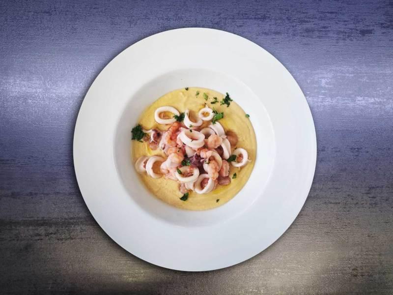 Sauté di calamari e code di gambero su crema di ceci