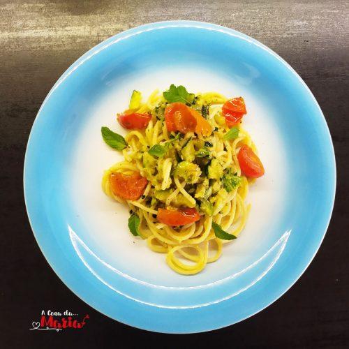 Spaghetti-con-pesto-di-zucchine-e-menta,-pomodorini-spadellati