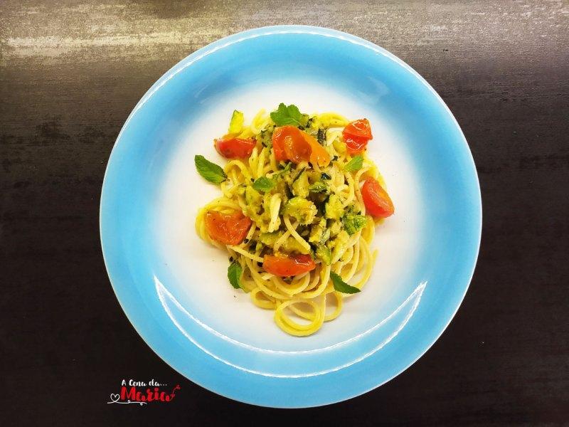 Spaghetti con pesto di zucchine e menta, pomodorini spadellati