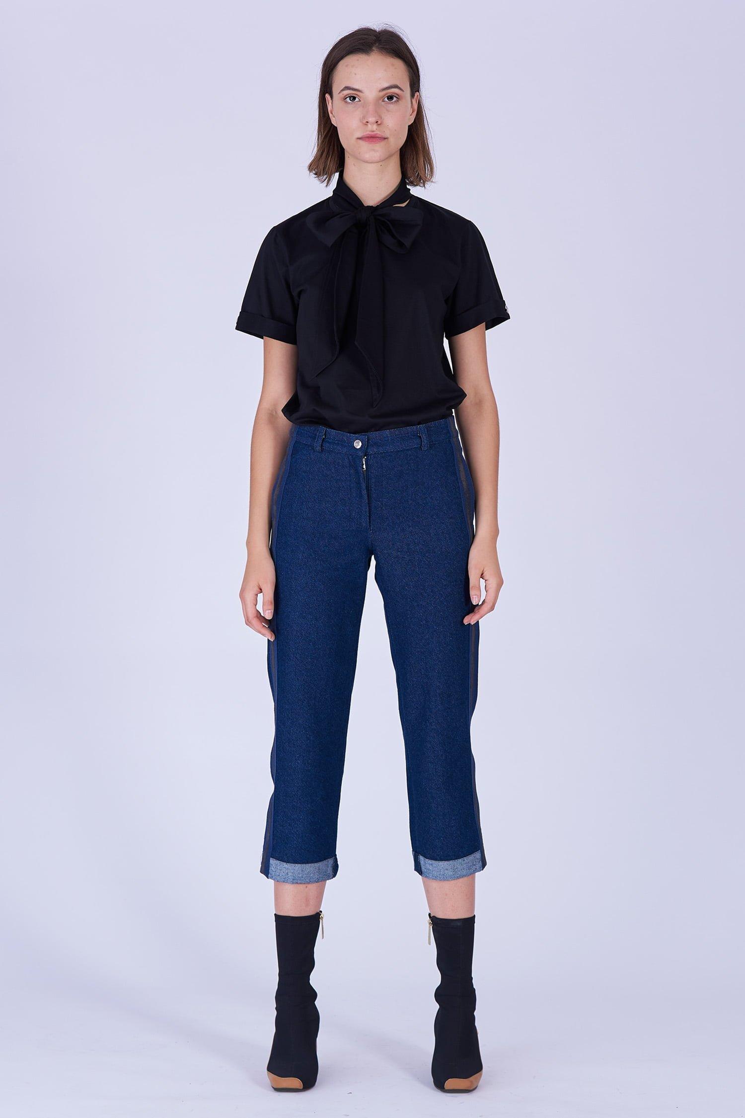 Acephala Fw19 20 Black T Shirt Bowtie Organic Czarny Kokarda Dark Blue Denim Trousers Stripe Niebieskie Jeansy Front 1