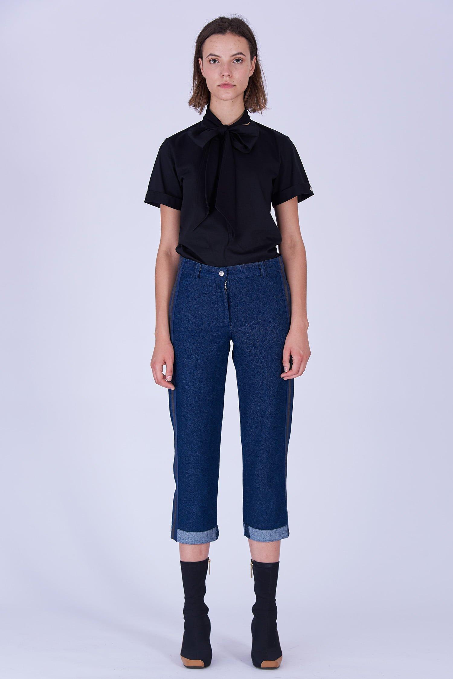 Acephala Fw19 20 Black T Shirt Bowtie Organic Czarny Kokarda Dark Blue Denim Trousers Stripe Niebieskie Jeansy Front 3