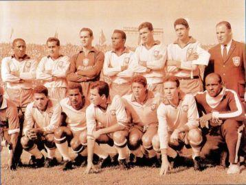 F 10 - 1962 - Copa do Mundo - Djalma Santos, Zito, Gilmar,  Zózimo, Nilton Santos, Mauro e Dr. Hilton Gosling_ Garrincha, Didi, Vavá,  Amarildo, Zagallo e Assis
