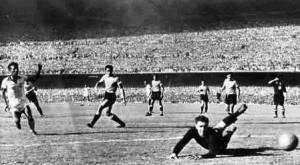 F 04 - 1950 - Brasil 1 x Uruguai 2 - Zizinho leva perigo  para Máspoli