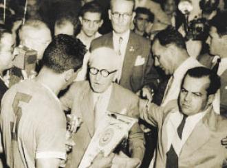 F 07 - Jules Rimet entrega a Taça a Obidúlio  Varela