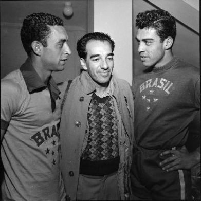F 02 - 1952 19 jun - Seleção olímpica - Jansen,  jornalista Augusto Rodrigues  e Carlos Alberto