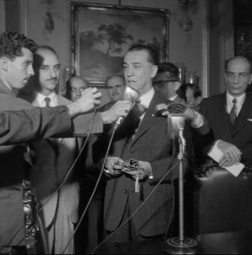 O repórter Teixeira Heizer entrevista o presidente Juscelino Kubistchek no Palácio do Catete
