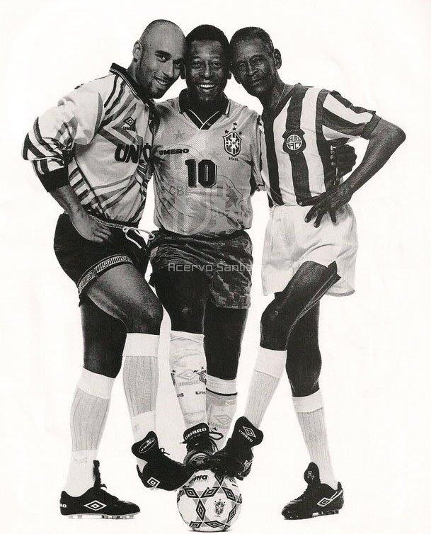 O pai, o filho e o avô. Edinho, Pelé e Dondinho. Belíssima foto do Site Acervo Santista.