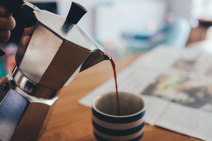 Verser un café.