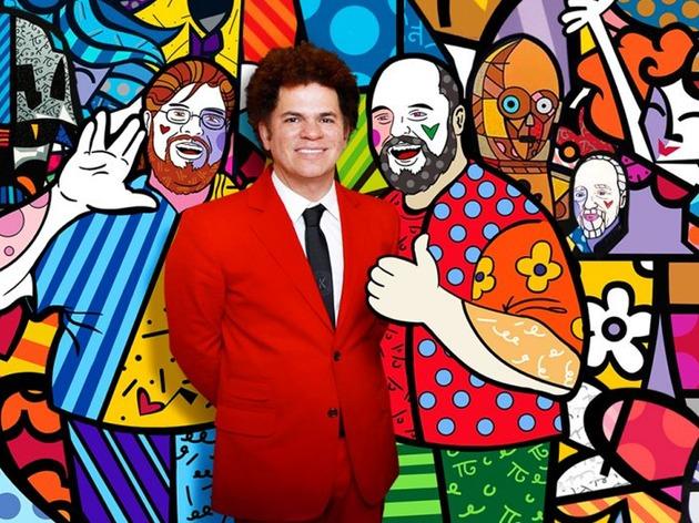 Romero Britto em frente a uma de suas obras FOTO DIVULGAÇÃO