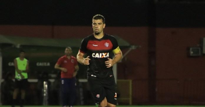 Vitória vence com gol de André Lima e mantém Paraná na zona de rebaixamento