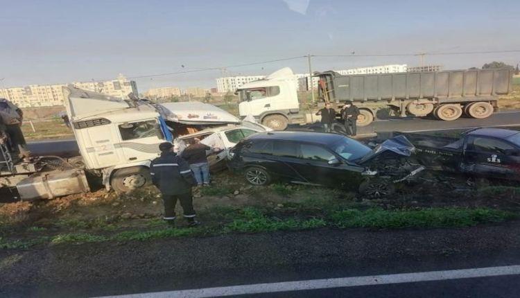إصابات في اصطدام عشرات السيارات بالطريق السيار