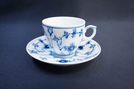 ブルーのペイントと縦じまがテーブルをスタイリッシュにする、ロイヤルコペンハーゲンのブルーフルーテッドプレイン カップアンドソーサーを出張買取いたしました