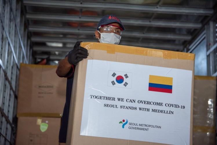 Medellín recibió tres mil trajes quirúrgicos donados por el gobierno de Seúl