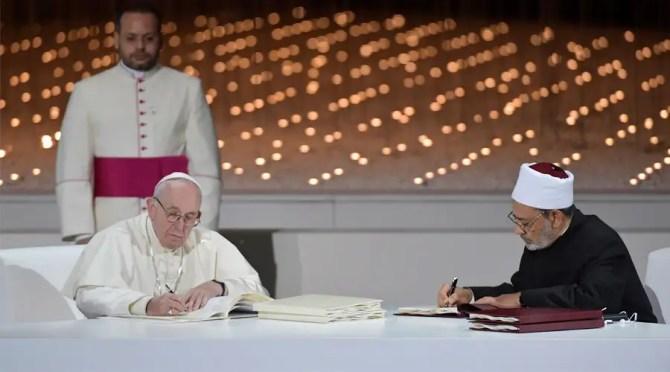 El Papa y el Gran Imán de Al-Azhar firman la declaración conjunta. Foto: Vatican Media