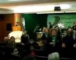 Abortistas en Senado Argentino agreden a mujer que intentó dar opinión pro-vida
