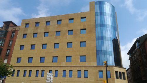 Tratamiento de fachada en la delegación de AEAT Gijón