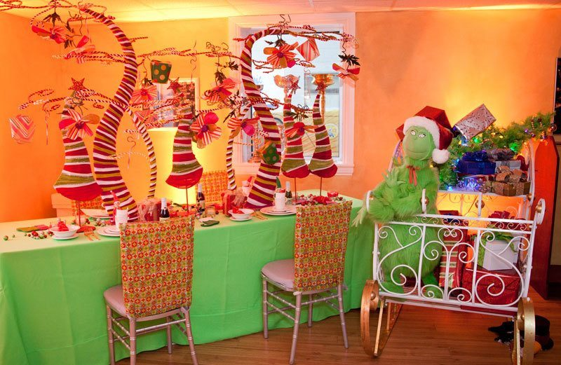 A Christmas Table Setting Even The Grinch Will Love A