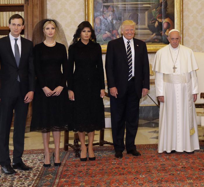 Papa Francesco con il presidente degli Stati Uniti Donald Trump, la moglie Melania, la figlia Ivanka e il genero e consigliere senior della Casa Bianca Jared Kushner