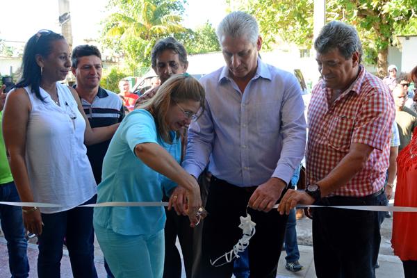 Miguel Díaz-Canel, integrante del Buró Político del Partido Comunista de Cuba y Primer Vicepresidente de los Consejos de Estado y de Ministros, inauguró hoy la sala de teatro infantil La Toronjita en Nueva Gerona, Isla de la Juventud. Cuba, 27 de diciembre de 2017.