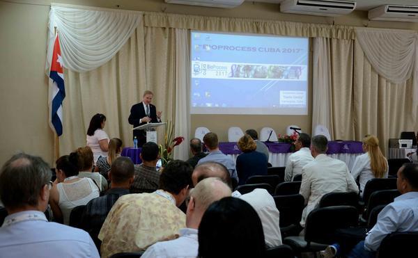 El científico norteamericano Parrish Galliher (podio), director de tecnología de GE Healthcare para el negocio de Upstream Bioprocesamiento. en conferencia ofrecida en el Primer Congreso Bio-Process Cuba 2017, celebrado en el Centro de Convenciones Santa Cecilia, en Camagüey, el 21 de febrero de 2017. ACN FOTO/ Rodolfo BLANCO CUÉ