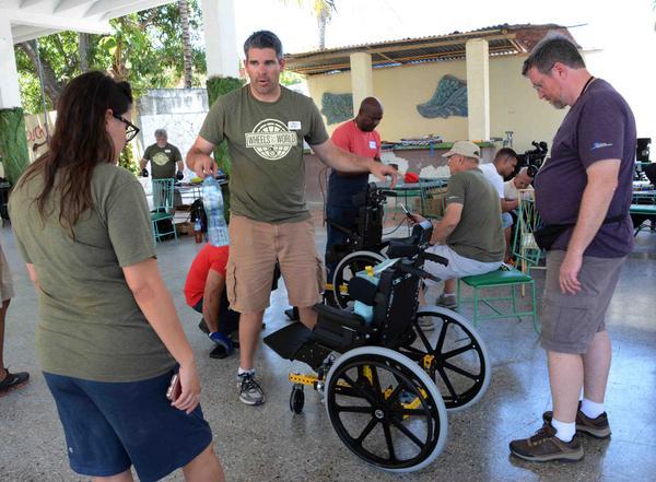 Especialistas norteamericanos y cubanos, durante la entrega de equipos para la movilidad de discapacitados físico-motores, donados por una iglesia norteamericana, en Camagüey, el 3 de abril de 2017. ACN FOTO/ Rodolfo BLANCO CUÉ