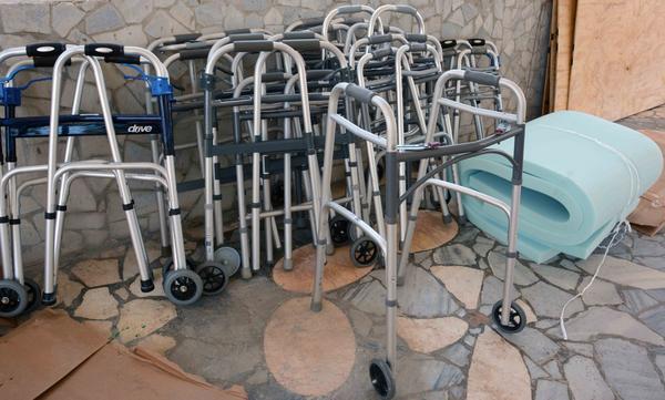 Andadores para la movilidad de discapacitados físico-motores, donados por una iglesia norteamericana, en Camagüey, el 3 de abril de 2017. ACN FOTO/ Rodolfo BLANCO CUÉ/