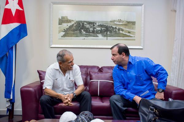 ernando González Llort (D), Héroe de la República de Cuba y presidente del Instituto Cubano de Amistad con los Pueblos (ICAP), recibe al luchador independentista puertorriqueño Oscar López Rivera, en el aeropuerto internacional José Martí, en La Habana,