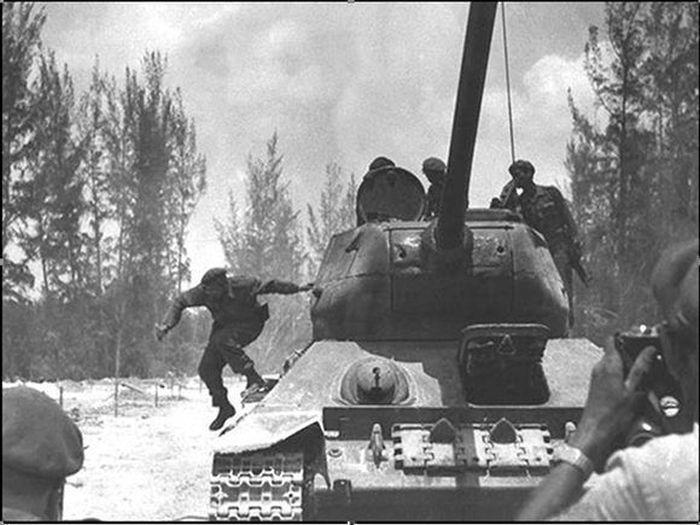 0418-Fidel -Girón- tirándose del tanque-3jpg.jpg