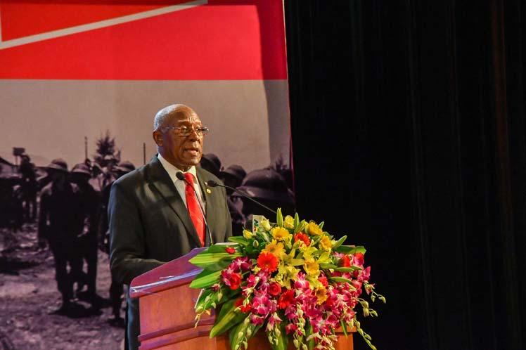 Salvador Valdés Mesa, encabezó la delegación oficial cubana que asistió este viernes a la conmemoración del aniversario 45 de la primera visita a Vietnam, en septiembre de 1973, del Comandante en Jefe Fidel Castro Ruz, único Jefe de Estado que visitó la zona liberada de Quang Tri, donde tuvo lugar el acto por la efeméride.
