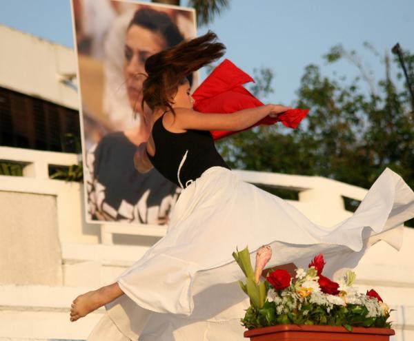 Jóvenes mujeres regalaron su talento artístico a los presentes en el acto nacional por el Día Internacional de la Mujer, que tuvo por sede la plaza Mayor General Serafín Sánchez Valdivia, en Sancti Spíritus, el 8 de marzo de 2018. ACN FOTO/Oscar ALFONSO SOSA/