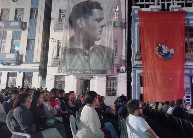 Representantes de varias generaciones de cubanos acudieron este jueves al memorial que guarda las cenizas de Julio Antonio Mella a rendirle tributo, en el aniversario 90 de su asesinato en México por sicarios del tirano Gerardo Machado.
