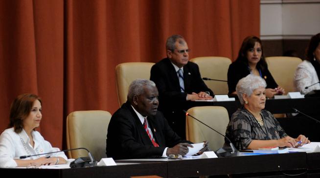 Esteban Lazo Hernández (C), Presidente de la Asamblea Nacional del Poder Popular (ANPP), da inicio a la sesión extraordinaria de la Asamblea Nacional del Poder Popular (ANPP), donde será proclamada la nueva Carta Magna de la República de Cuba, en el Palacio de Convenciones de La Habana, el 10 de abril de 2019.
