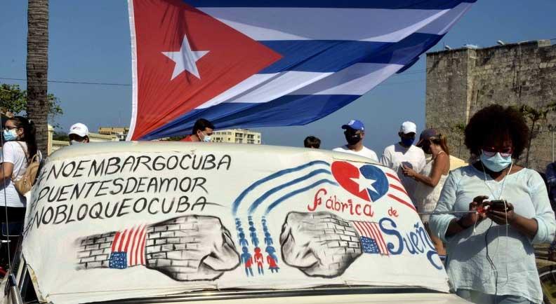 Bloqueo: Una caravana integrada por jóvenes y personas de diferentes edades recorre el Malecón habanero en condena al bloqueo económico, comercial y financiero que por más de 60 años mantiene Estados Unidos contra Cuba, en La Habana, el 28 de marzo de 2021. ACN FOTO/Tony HERNÁNDEZ MENA