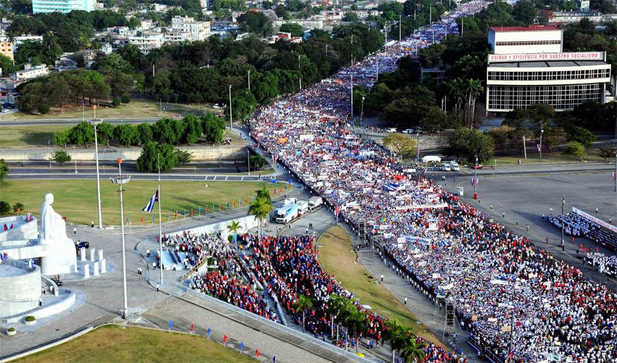 Vista aérea del desfile por el Día del Proletariado Mundial, en la Plaza de la Revolución José Martí, en La Habana, Cuba, el 1ro. de mayo de 2014. AIN FOTO/Oriol de la Cruz ATENCIO
