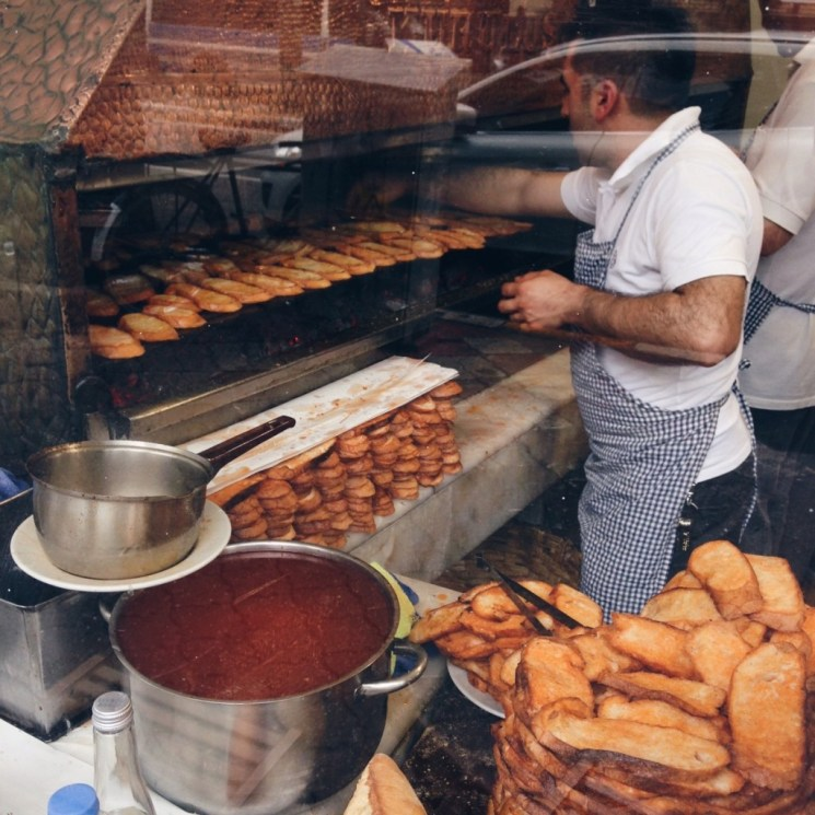 Köftenin tadıyla müthiş uyum sağlayan baharatlı kemik suyuna bandırılmış ekmekler.