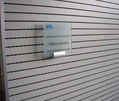 Targa informativa in vetro temperato e acidato 200x200 mm. Decorazione inclusa nel prezzo.
