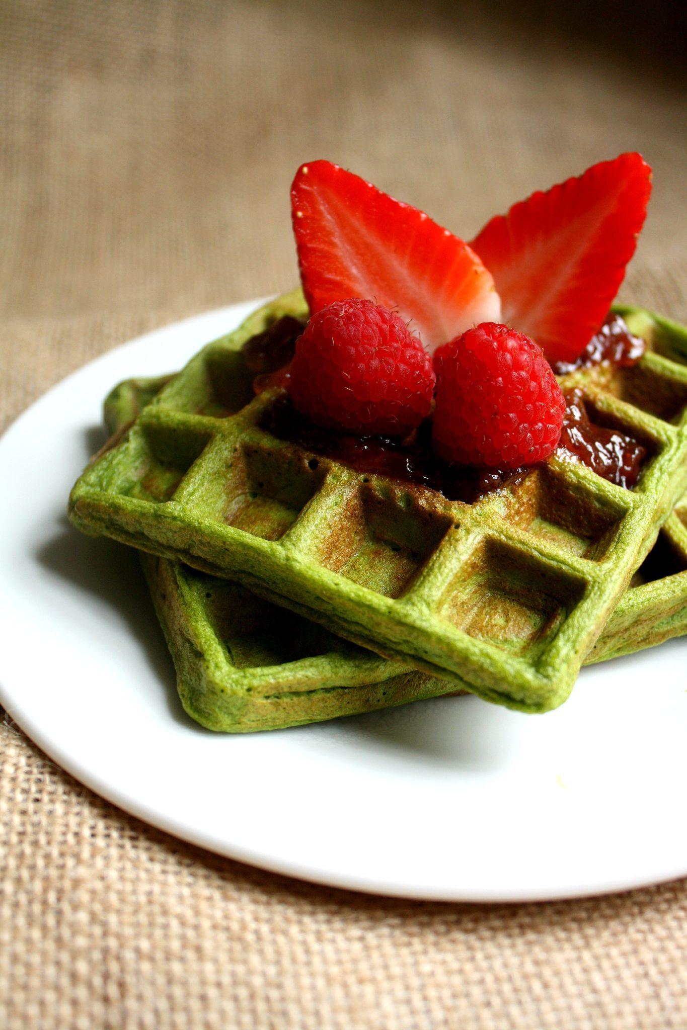 Waffles Proteico com espinafre. Pronto em somente 5 minutos e garantindo uma porção de vegetal!