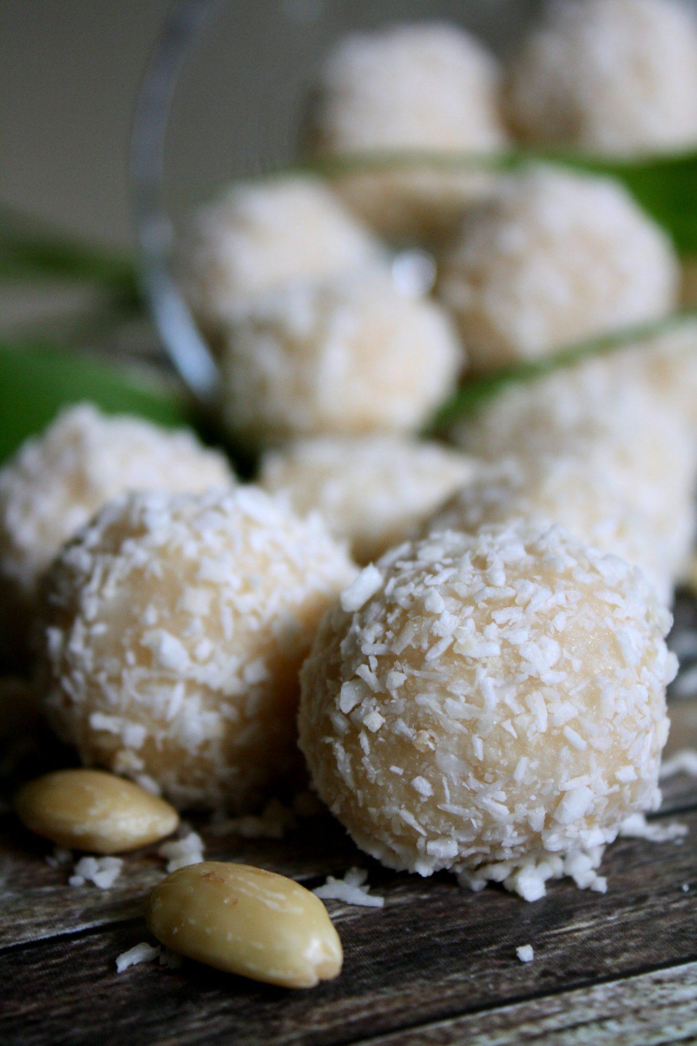 Esses docinhos de coco inspirados no Raffaello da Ferrero, são feitos com ingredientes saudáveis e naturais e são super viciantes! As amêndoas são cobertas com uma massa de coco macia, cremosa e deliciosa.