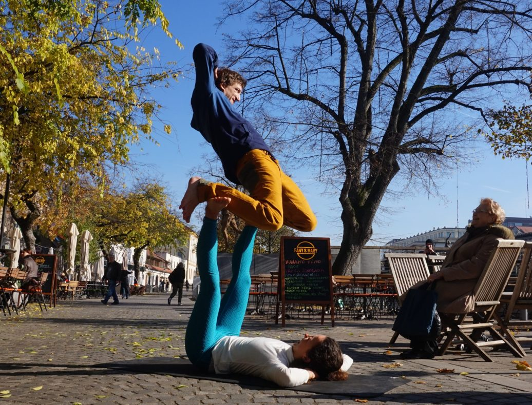 Demo by Eva Brovinsky and Jan Valentincic. A YogaSlackers pose.