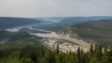 Dawson City von oben. Hier treffen sich der Klondike und der Yukon River.