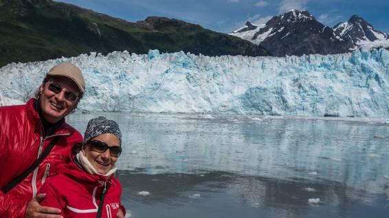 In patriotischem Rot vor dem Meares Gletscher.
