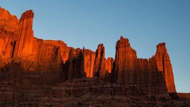 Sonnenuntergang bei den Fisher Towers. Die Felsen brennen…